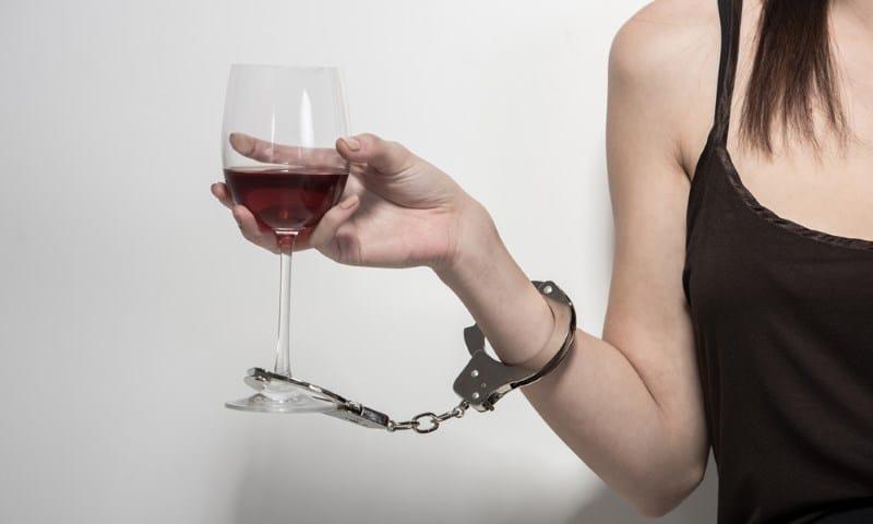 первые признаки алкоголизма у женщин