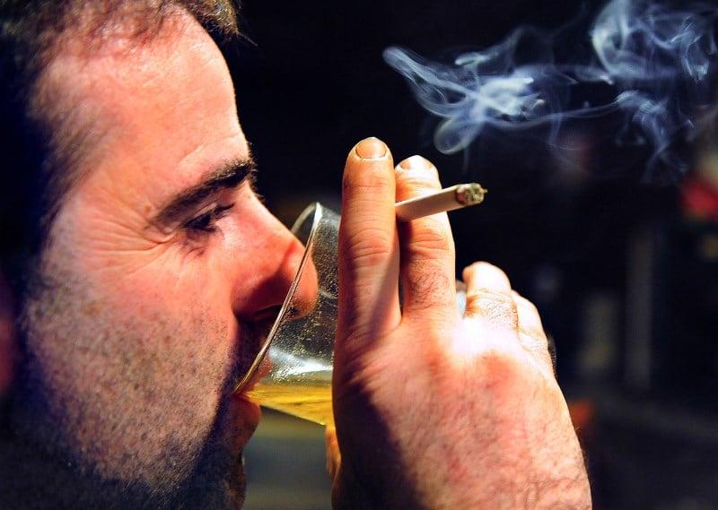 почему хочется курить когда выпьешь
