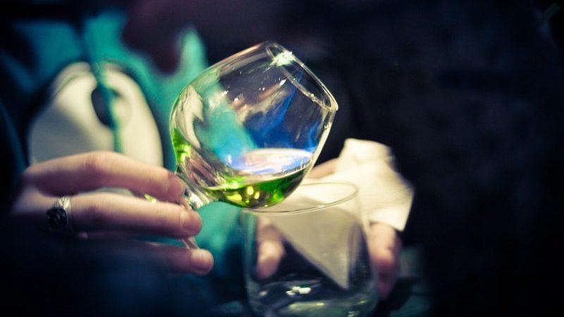 зеленый алкогольный напиток