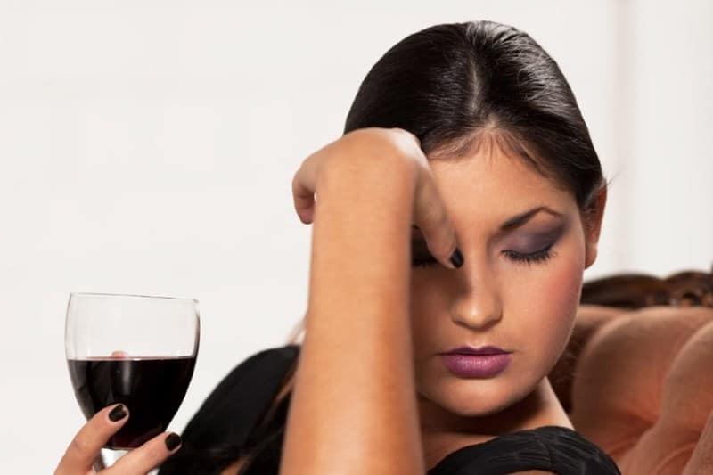 почему болит голова от вина
